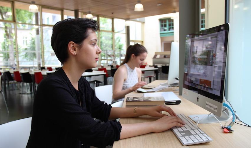 Étudiante dans la bibliothèque du campus de Reims